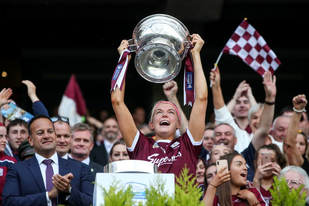Sarah Dervan lifts the O'Duffy cup 8/9/2019